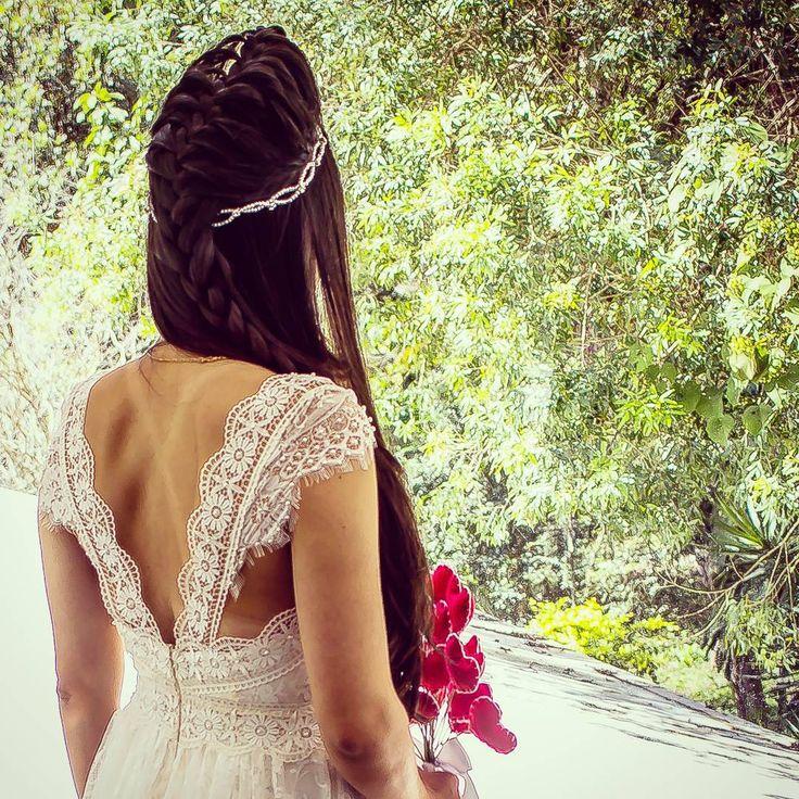 """Vestido de noiva: princesa ou sereia? Reto ou tubo? Longo ou curto? Depende do seu tipo de corpo, estilo e tipo de casamento. Eu escolhi este modelo lindo, inspirado no estilo vintage, com """"saia império"""", renda delicada e busto bordado com pérolas. Ele foi feito a mão, com muito amor e carinho, pela estilista @atelierluanakeylla ���������� Em breve vídeo no canal (inscreva-se). #vestido #noiva #wedding #weddingdress #vintage #casamento #maquiagem #penteado…"""