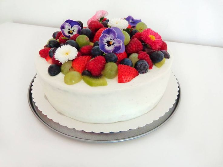 Cake with fruit and edible flowers (pansy, daisy)