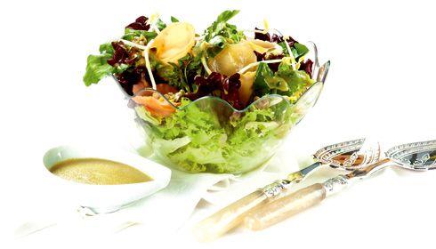 Salada exótica de peixes fumados. Nesta receita tudo vai a jogo. As sensações acordam a cada pormenor, e quem ganha é quem está à mesa.