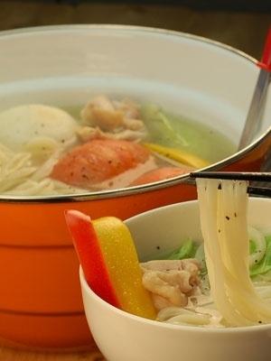 本格嗜好の半生讃岐うどんに含まれる塩分を利用した洋風鍋です。丸ごとトマトを食べながらトマトの酸味でさっぱりとした風味がポイントです。