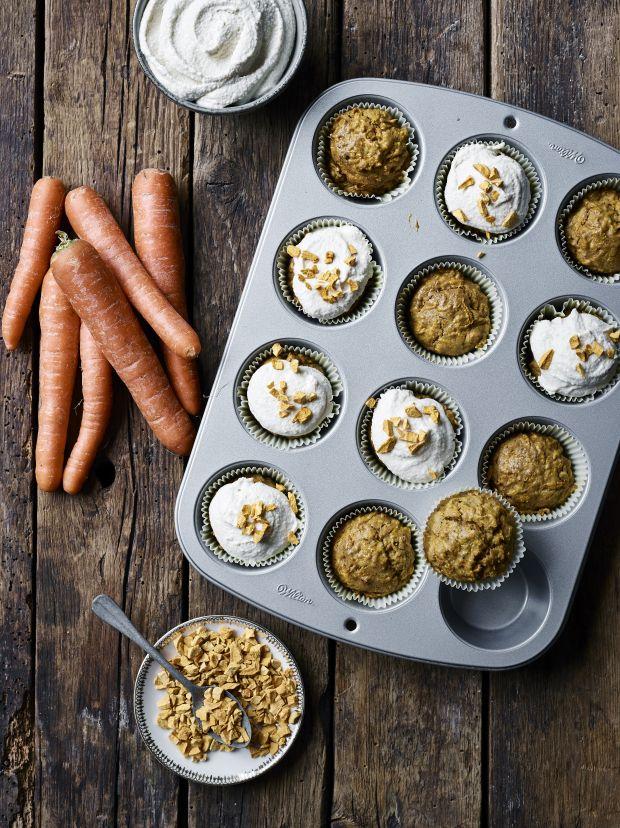 Byt den klassiske gulerodskage ud med disse gennemgode gulerodsmuffins med cremet cashewfrosting. Vi garanterer, de er et svampet smagshit!