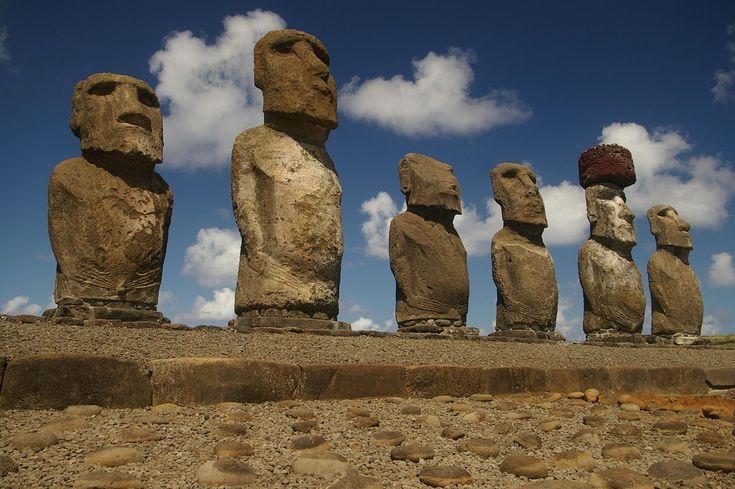 Algunos de los moáis de la Isla de Pascua