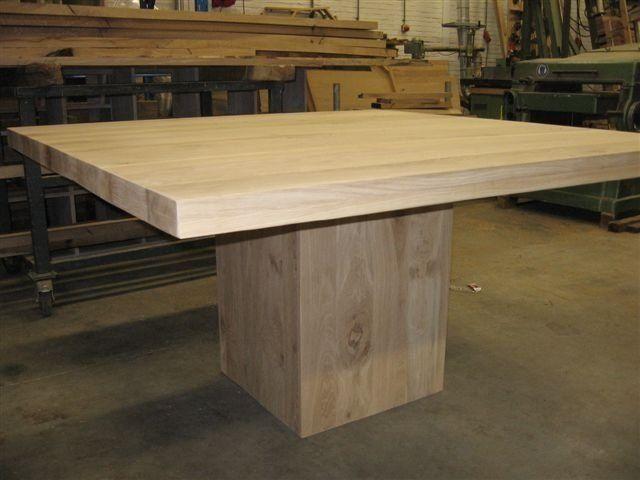 2. Vierkante eiken tafel met kolompoot 140 x 140 cm € 1.095,-.