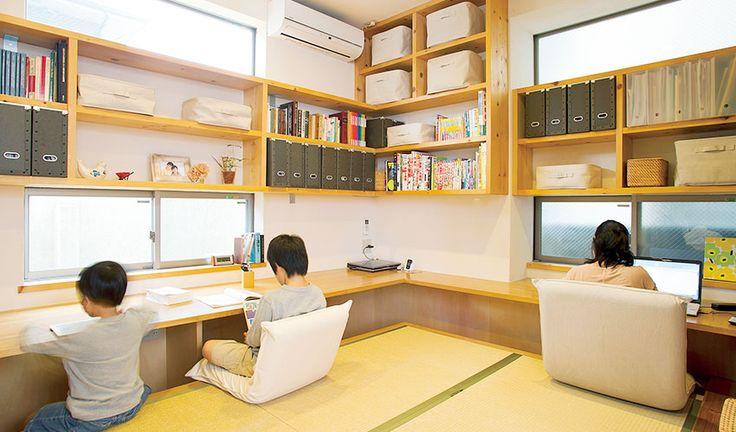Desk-tatami area for the whole family