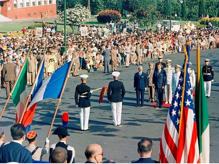 John Fitzgerald Kennedy visitò l'Italia nel luglio del 1963 e concluse il suo viaggio a Napoli, alla base NATO di Bagnoli, luogo che, a distanza di cinquantatré anni, ha ancora un futuro incerto.