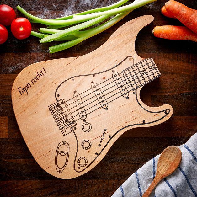 """Papa ist mindestens so begabt wie ein Rockstar, vor allem in der Küche. Für die Küchenrocker und Gitarrenfans unter den Vätern gibt es das **Schneidebrett E-Gitarre mit der Gravur """"Papa..."""