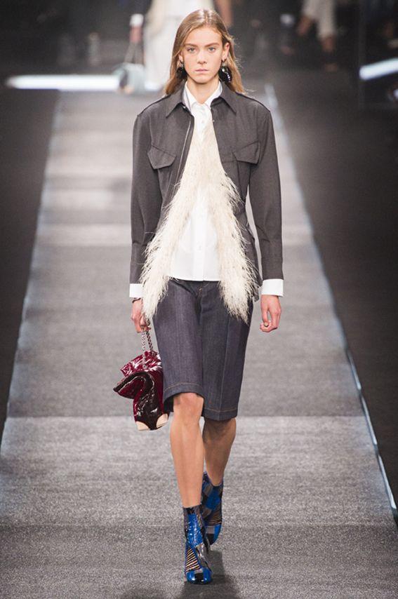 Mode à Paris S/S 2015 LOUIS VUITTON. See all fashion show at: http://www.bookmoda.com/?p=40265&lang=en #modeaparis #spring #summer #ss #fashionweek #catwalk #fashionshow #womansfashion #woman #fashion #style #look #collection #paris #louisvuitton @LouisVuitton
