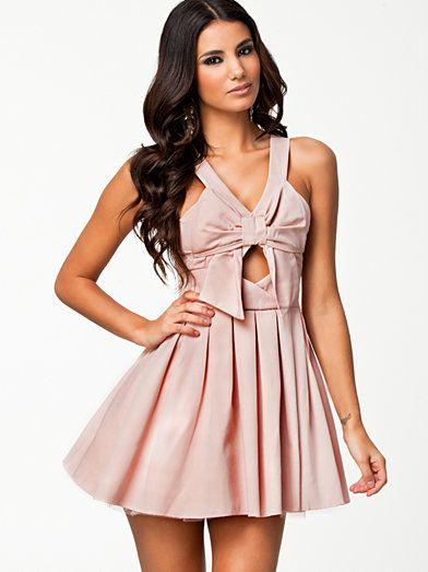 CLUB L BOW DETAIL DRESS fra Nelly. Om denne nettbutikken: http://nettbutikknytt.no/nelly-com/
