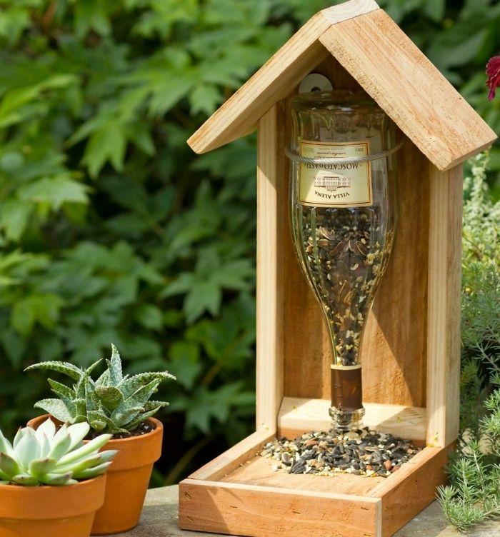 nourriture oiseaux, mangeoire en bois, bouteille de vin vide, plantes vertes