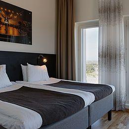 Malmø Arena Hotel: Gardiner, sengetæpper og mørklægning.