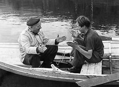 Samen John Johansson som ror åt Lewi Pethrus. Bilden är tagen i början av 50-talet. Det lär väl vara i Fättjaur där Lewi hade sin stuga?