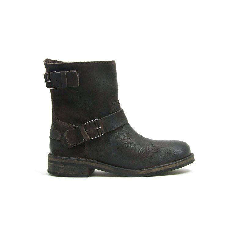 Stoere korte laarzen van aQA, model A2811! Deze laarsjes zijn van Nubuk leer en hebben over de gesp en ook aan de bovenkant van de schacht een gesp. Aan de binnenkant van de leren laarzen een rits. De loopzool is van rubber. Kleur is donker bruin