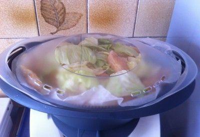 Poisson à la sauce sublime Thermomix 4 pavés ou filet de poisson 350g de riz 1000g d'eau 2 courgettes 5 feuilles de salade 200g de créme fraiche 1 c à soupe de jus de citron Basilic, curcuma, sel et poivre Huile d'olive