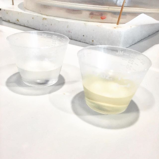 Getting accurate measurements on resin and hardener are essential to make sure it cures properly. I like to use cups with graduated lines and pour at eye level. #resin #resina #resine #resinobsession