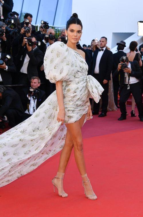 Cannes 2017 - Kendall Jenner en Giambattista Valli haute couture - Day 4 (montée des marches 120 Battements Par Minute)