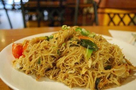 Questi spaghetti di riso sono un piatto classico della cucina tailandese (sono detti Pad Thai). Arricchito da verdure, tofu  e gamberetti questo piatto è un pranzo intero, ed inoltre è perfetto per i celiaci.