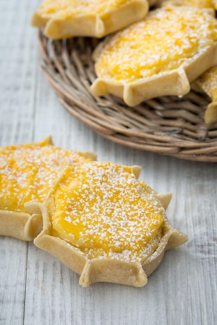 Pardulas: deliziosi dolcetti sardi formati da un guscio di pasta con ripieno di ricotta e zafferano.   [Sardinian dessert stuffed with ricotta cheese]