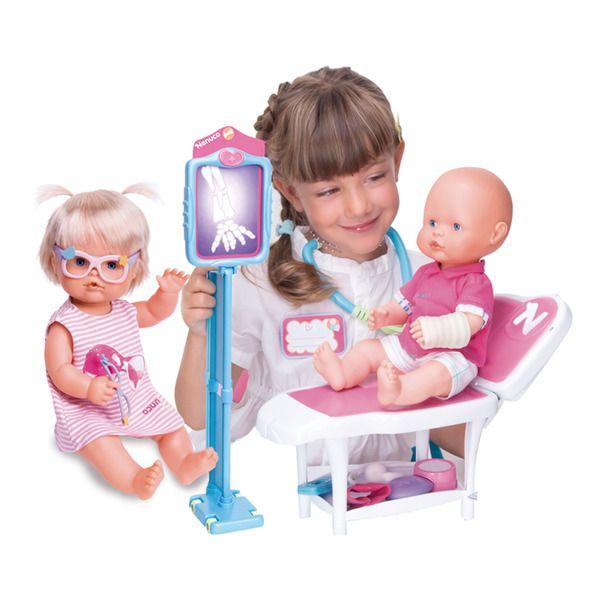 Consulta médica de Nenuco con dos muñecas famosas   – Alma