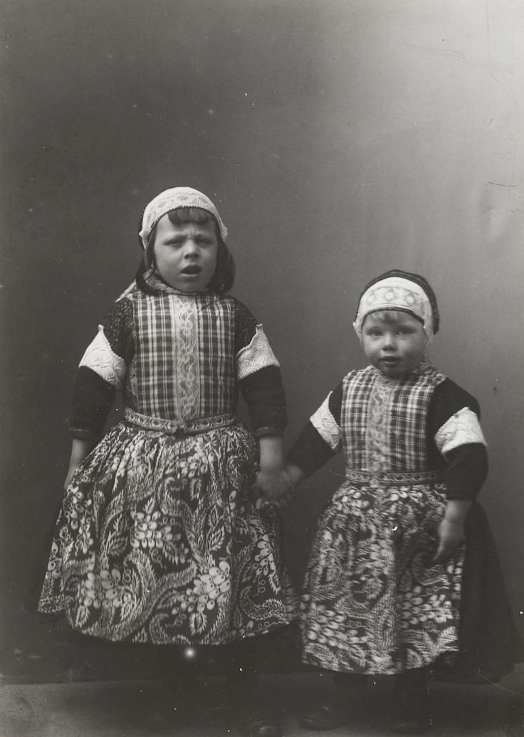 Isle of Marken. Twee little boys under the age of five. That age they wear skirts. Soon it'll be trousers. Photo by Th. Molkenboer.