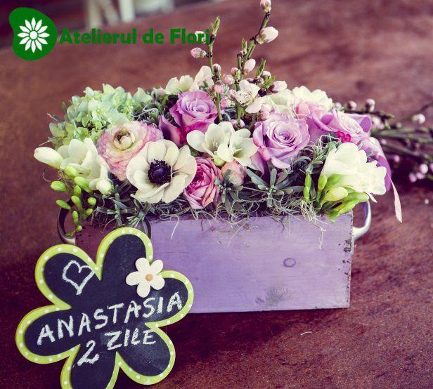 Cutie lemn cu mix de flori pastel