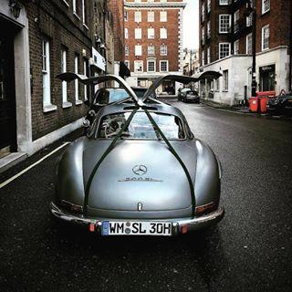 #Repost @ironylon ・・・ MOTORS Mercedes-Benz 300SL via @jonathanc.photography #ironylon #fuelandstyle #mercedes #300sl #igcars #car #sloanestreet #supercarsoflondon #seenthroughglass #amazingcars247 #carswithoutlimits #cargasm #london #londoncars #itswhitenoise #knightsbridge #likeforlike #like4like #gaskings #classiccar #instacar #carphotography #carlover #drive #gentleman #vintagecar #vintage #legendcar