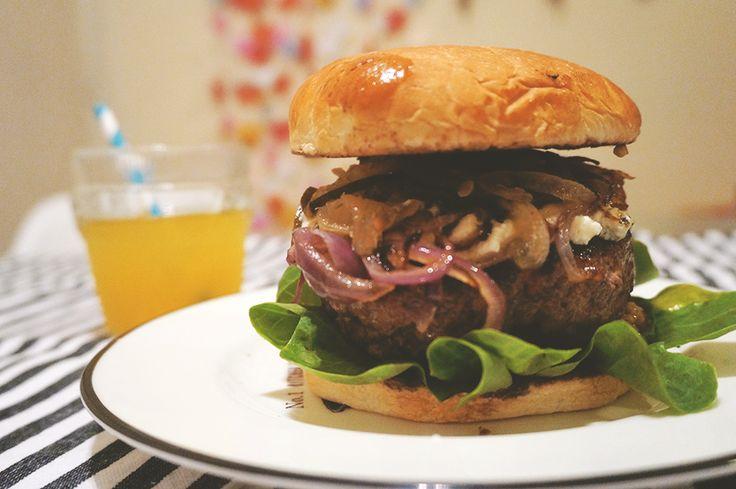 """acordei com desejo de hamburger. desejo imenso, coisa grave mesmo. só conseguia pensar em jantar hamburger. comentei com uma amiga """"tô com vontade de comer um hamburger gigante"""", e ela me responde ..."""