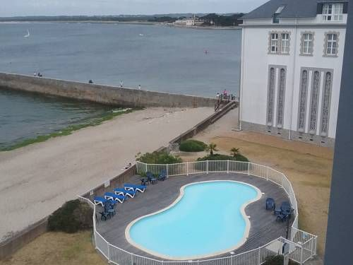 Le Croisic Face Mer Le Croisic Located 38 km from Pornic, Le Croisic Face Mer offers accommodation in Le Croisic. The unit is 10 km from La Baule. Free private parking is available on site.  The unit equipped with a kitchenette with a dishwasher and oven.
