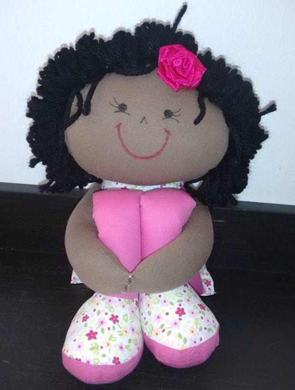 Boneca negra, sentada 18 cm esticada 40 cm