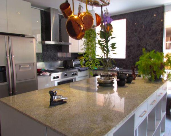 Este apartamento divino tiene un áreade 217 m2 + 20 de terraza, esta ubicado en el 3er piso exterior, con ascensor privado, 3 garajes independientes, deposito, 2 habitaciones la principal con un súper baño y walk-in closet 4 baños, sala, comedor y cocina abiertos cocina profesional, pisos en madera, granito en cocina y baños, estar o estudio, CBS, y cuarto de lavandería. Mas información y fotos en: http://www.clasinmuebles.com/properties/bogota/grandioso-apartamento-836.html