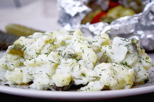 Omas Kartoffelsalat mit Dill und Äpfeln