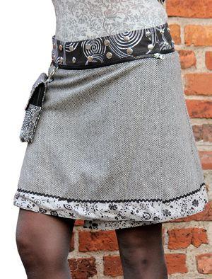 Mjuk, härlig och varm - Anna Wool har ett yttre tyg av skön, värmande ull. Nertill kantas kjolen av en vacker bård av bomullstyg och andra sidan är även den av bomull. Detta ger dig en elegant, i sitt mönster lite lugnare och framförallt värmande kjol, och såsom Anna är även denna modell fyra kjolar i en. Bär den med ena eller andra sidan ut eller vänd på den löstagbara linningen och vips har du två variationer till. Kjolen levereras med en löstagbar liten väska.
