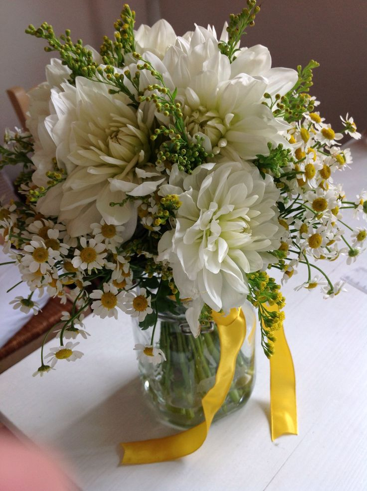 Bouquet di dalie, matricaria e solidago. Floral design by nozzeedintorni