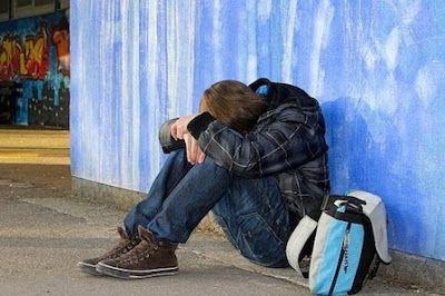 Cuatro de cada 10 delitos que se producen están relacionados con la homofobia. Casi la mitad de los jóvenes gais que han sufrido acoso escolar han pensado alguna vez en suicidarse. ABC, 2015-10-19 http://www.abc.es/sociedad/20151019/abci-homofobia-espana-201510191402.html
