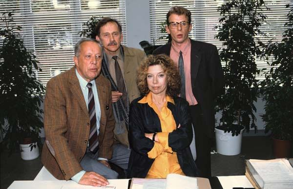 """Evelyn Hamann löst als Sekretärin Adelheid Möbius an ihrem schmollenden Chef vorbei sämtliche Mordfälle der Abteilung """"Mord Zwo"""", um sich hinterher wieder mit ihm zu vertragen: Pointierter Schmunzelkrimi aus der ndF-Serienschmiede, der als NDR-Dauerbrenner von 1992 bis 2007 eine große Fangemeinde aufgebaut hat."""