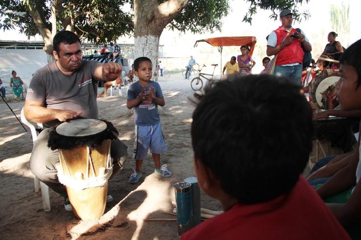 El profesor Jairo Bolaños en taller de música
