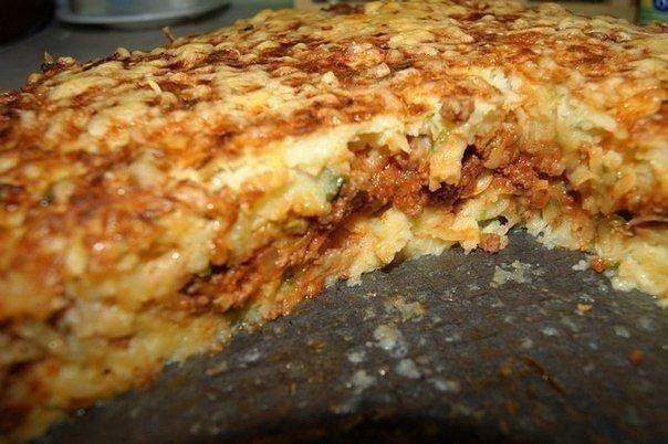 Картофельный пирог-запеканка    Ингредиенты:  - 1.7 кг картофеля  - 100 г муки  - 1 луковица большая  - 3-4 зубчика чеснока  - 400 г сыра  - пару ложек пасты томатной (не обязательно)  - 4 яйца  - зеленый лук  - сливочное масло (для смазки формы)  - паприка (не обязательно)  - соль, перец    Делаем начинку. Лук и чеснок режем, отправляем на сковородку с растительным маслом. Тушим.    Отправляем к луку и чесноку фарш.    Тушим еще минут 15, отправляем в томатную пасту.    Перемешиваем…