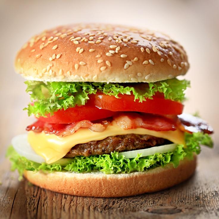 Domowy hamburger.  Składniki:2 bułki,200g mięsa wołowego mielonego,2plastry sera żółtego,2 plastry pomidora,1 cebula,4 liście sałaty,2 plasterki czerwonej cebuli,4-6 plasterków ogórka konserwowego,1 łyżka musztardy,Sos do frytek i hamburgerów Tarsmak,olej,sól i pieprz. Wykonanie:do mięsa dodać pokrojoną cebulę, musztardę, sól, pieprz i wmieszać ręką. Uformować płaskie kotlety i zgrillować na patelni. Bułki przekroić i zagrzać na suchej patelni. Położyć na nie ser, kotlety i warzywa. Polać…