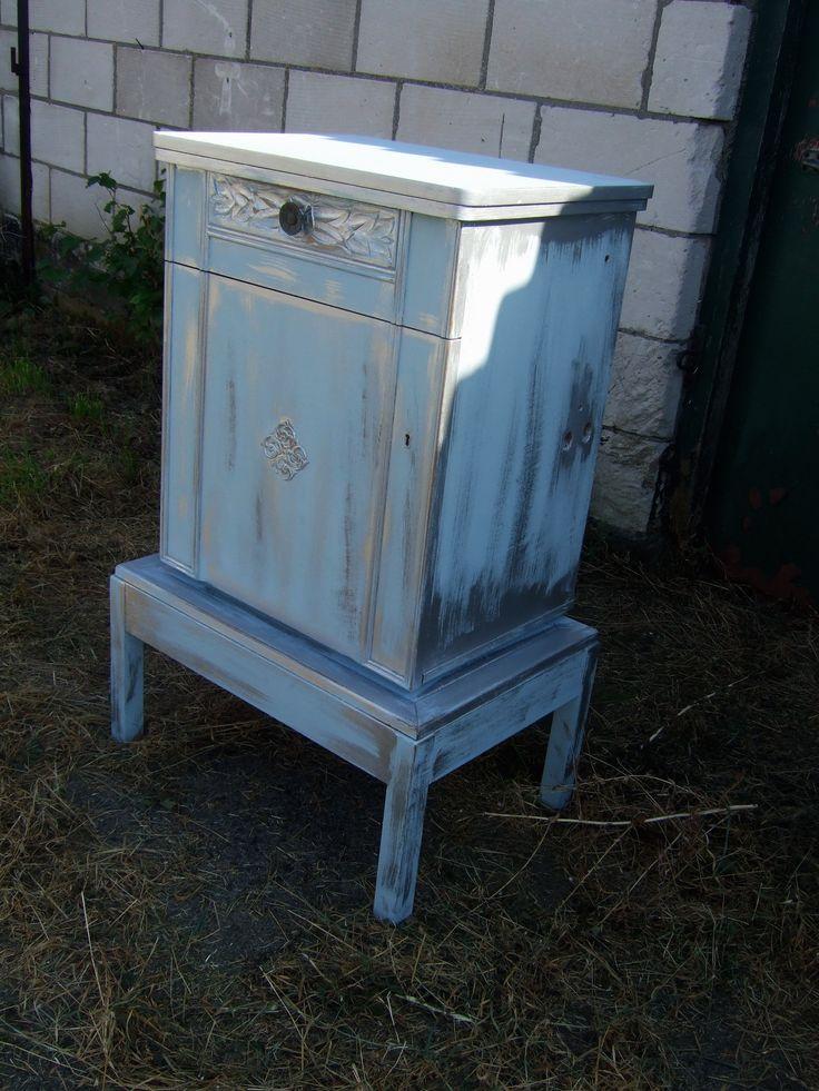 Oud blauw geschilderd naaimachine kastje Shabby chic kastje blauw zilver geschilderd en door geschuurd. Hoog 108 cm. Breed 70 cm. Diep 48 cm. www.goemansmeubelen