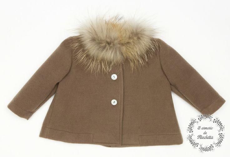 Abrigo de paño color marrón con corte de capa, de la firma Casilda y Jimena.