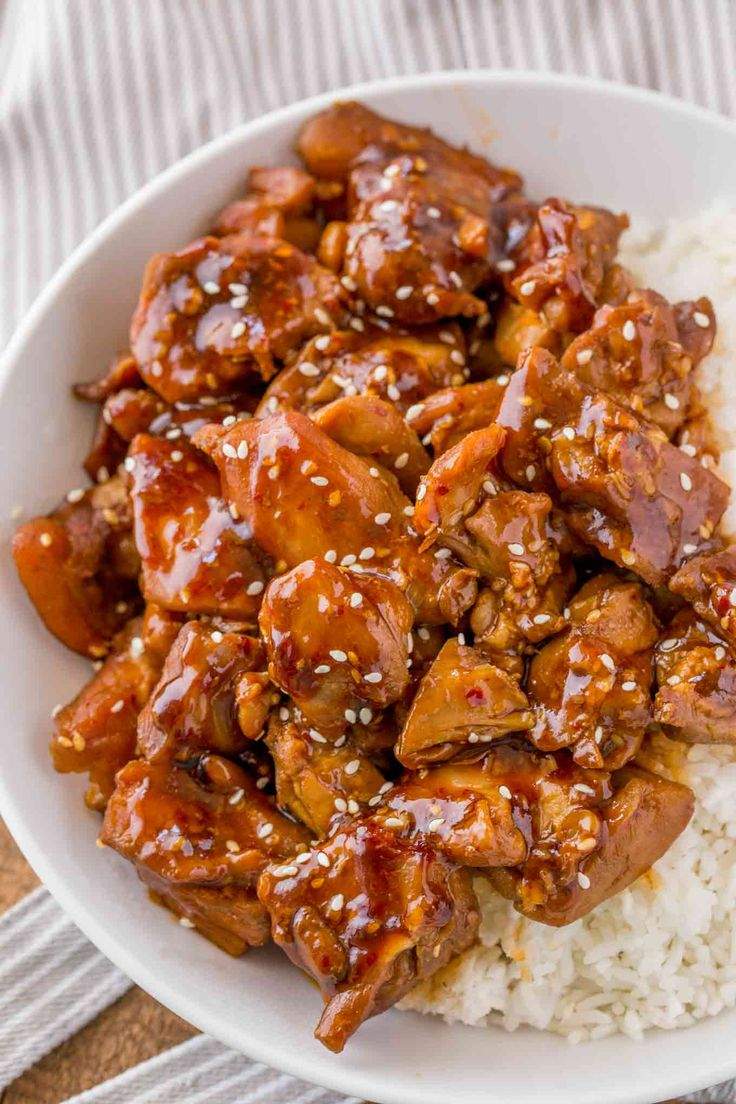 Skinny Sesame Chicken with a spicy and sweet thick glazed flavored with sesame oil is the perfect 3 smart point Weight Watchers takeout copycat recipe!