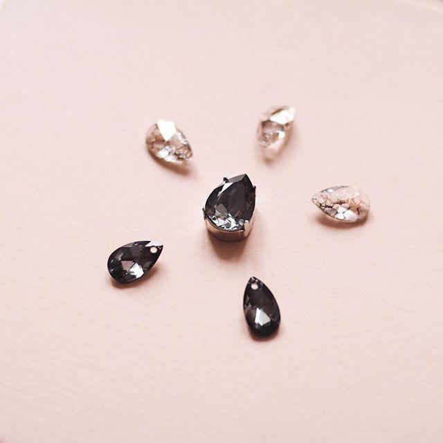Новые кристаллы-капли с вкраплениями розового золота создадут мягкие акценты на светлых чокерах и добавят изысканности тёмным. Чёрный кристалл в оправе в центре для чокера на цепочке, и конечно же ваши любимые миниатюрные чёрные капли для бархатных чокеров-они абсолютные фавориты 👌🏼😍