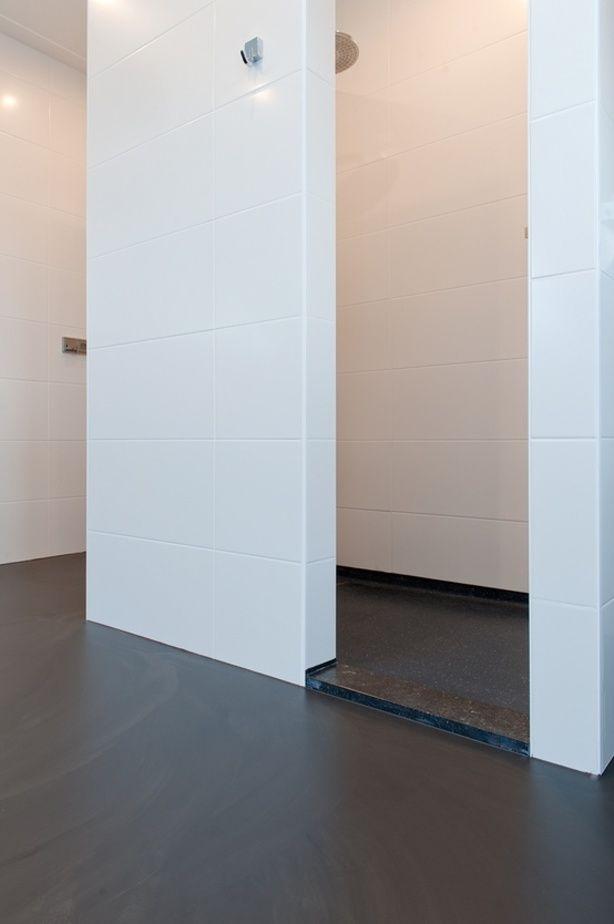 Een gietvloer kan heel goed in je badkamer.
