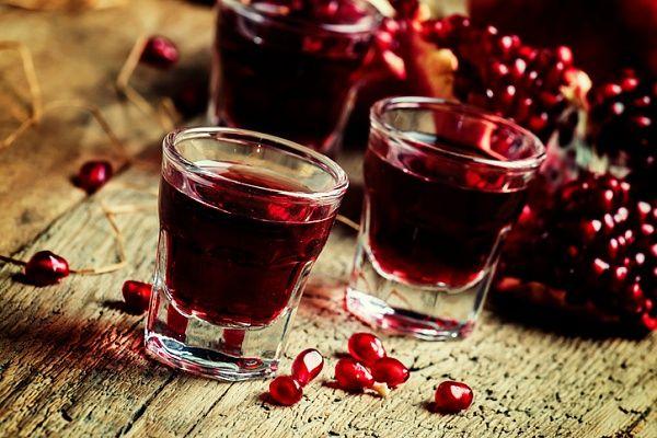 Гранатовый ликер – один из самых красивых и вкусных алкогольных напитков, который очень просто приготовить в домашних условиях. Удивите ваших гостей! Читать далее: http://kareliyanews.ru/domashnij-granatovyj-liker/