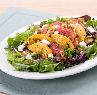 Essayez cette délicieuse recette de Salade aux agrumes et aux fines herbes arrosée de vinaigrette aux graines de pavot dès aujourd'hui!