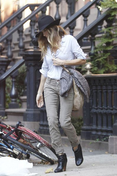 A stylish Sarah Jessica Parker, wearing cuffed corduroy pants and a floppy hat, leaves her apartment building to head to a business meeting with a cup of joe in hand.Parker Style, Sjp, Clothing, Style Inspiration, Fashion Inspiration, Bohemian Style, Sarah Jessica Parker, Wear Cords, Casual Sarah