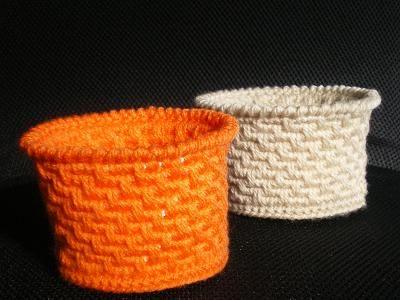 「かぎばり編みで植木鉢もどき」以前編んだクリスマスツリーは素焼きの鉢に飾りました。 せっかくなので鉢も編んでみたい・・・・、と思い つつみ編みで編んでみました。 11/10/07 作り方、補足しました。 11/10/09 [材料]毛糸/PPロープ