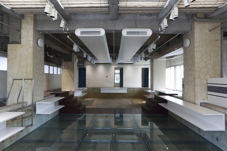 На первом этаже жилого квартирного дома, построенного в 70-е годы прошлого века на улице Котто (Kotto Street) в Токио, Япония, был бассейн. Пускай и небольшой, но зато до чего, наверное, было удобно жителям дома. Захотел поплавать – пожалуйста. Всего-то...