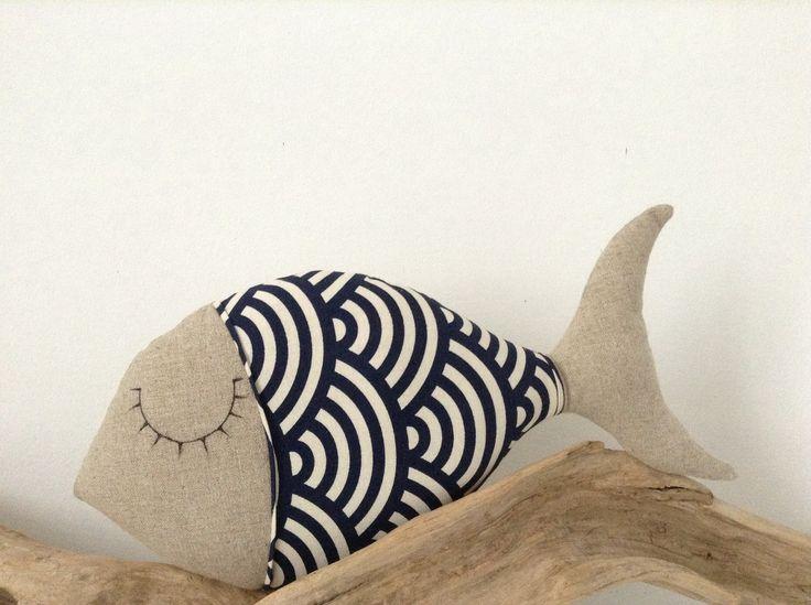 coussin poisson en lin et tissu japonais bleu marine et écru