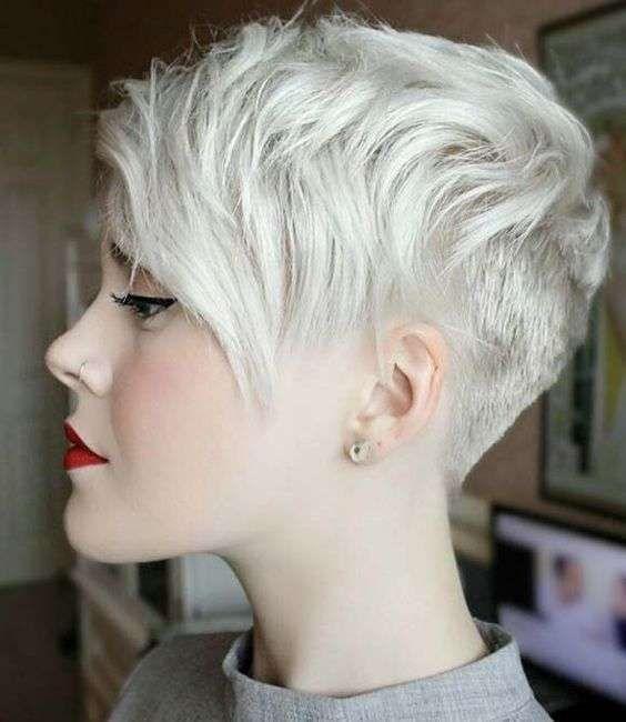 Corte de pelo pixie - Corte pixie con la parte de atrás rapada y el flequillo largo y hacia un lado.
