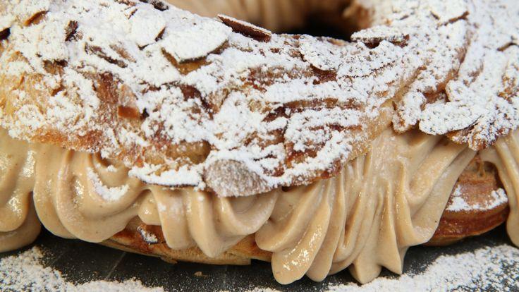 Fransk vannbakkels fylt med krem med pralin, som er en laget av sukker, mandler og hasselnøtter. Lise Finckenhagen hadde kaken med for å feire at radiokanalen NRK P1+ fylte tre år. Gratulerer med dagen!